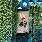"""Il senecio rowleyanus e l'illustrazione """"princesse lapin"""", una vezzosa coniglietta che sulle note della primavera da un piccolo germoglio ricostruisce la città."""